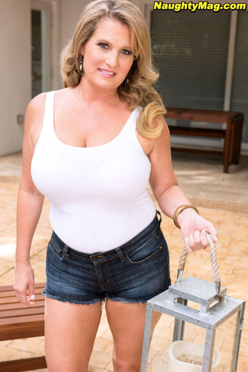 Plump amateur Candace Harley undresses before masturbating on her patio