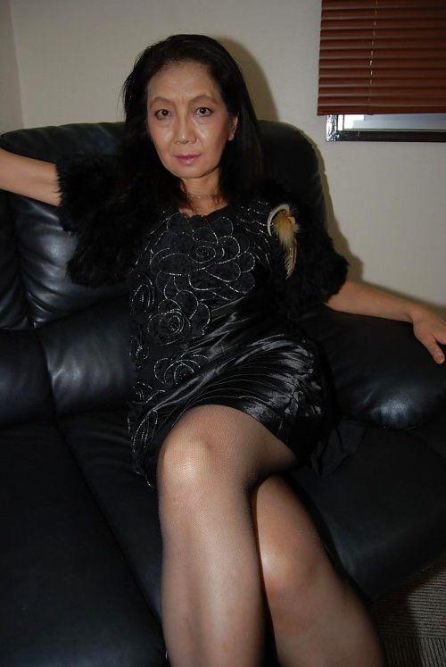 Beautiful asian mature brunette Setsuko undressing her sweet body