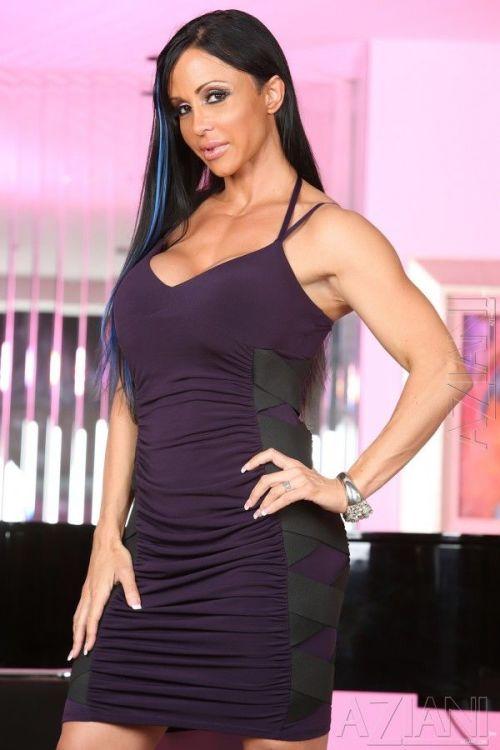 Bodybuilder Jewels Jade slips off her black dress for nude posing