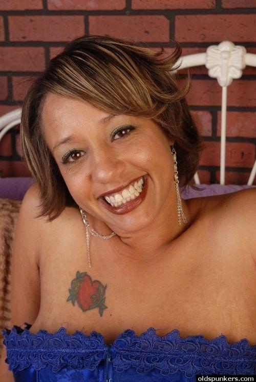 Mature ebony babe Sara drills her tight wife-opened vagina on cam